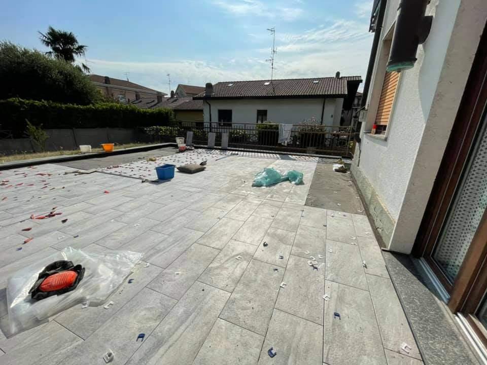 Terminato la ristrutturazione totale di un terrazzo a Milano, demolizione vecchia pavimentazione , stesura guaina isolante e posa nuova pavimentazione.